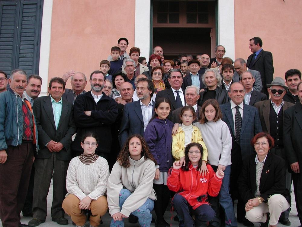 Dall'archivio dell'Associazione Jalò tu Vua: giornata della lingua greca di Calabria 2004. Foto con i parlanti greko (vecchia e nuova generazione).